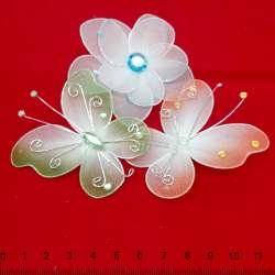 Бабочки и цветы с камнями на булавке