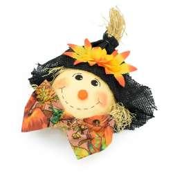 Опудало солом'яне в капелюсі і з метеликом